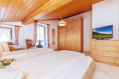 Schlaftimmer mit großen Betten und TV