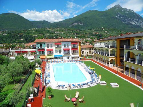 Der Blick über den 315 qm großen Pool.