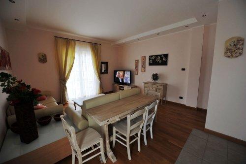 """Wohnraum mit 55"""" LCD Sat-TV"""