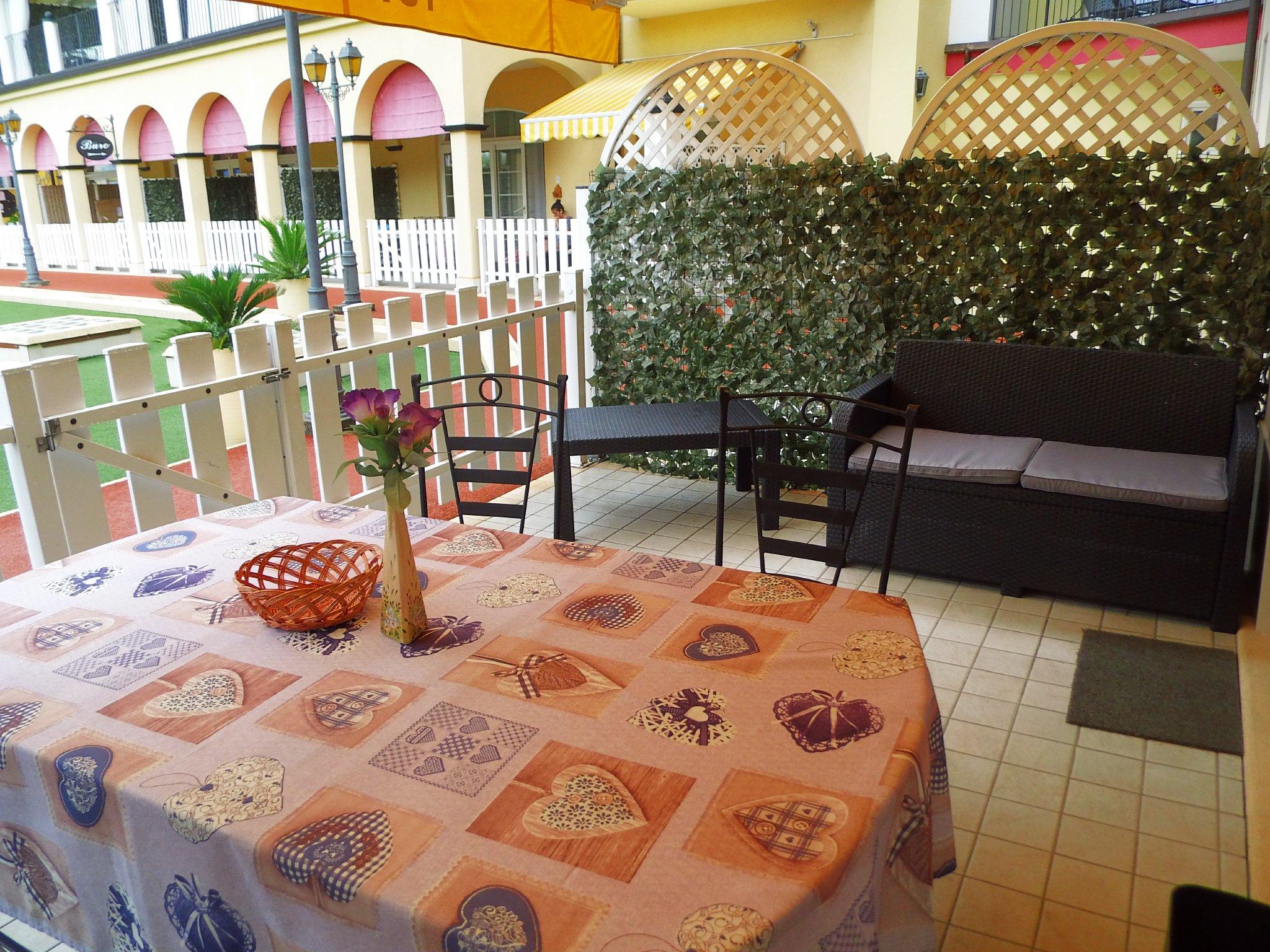 Terrasse mit Gartenmöbel,