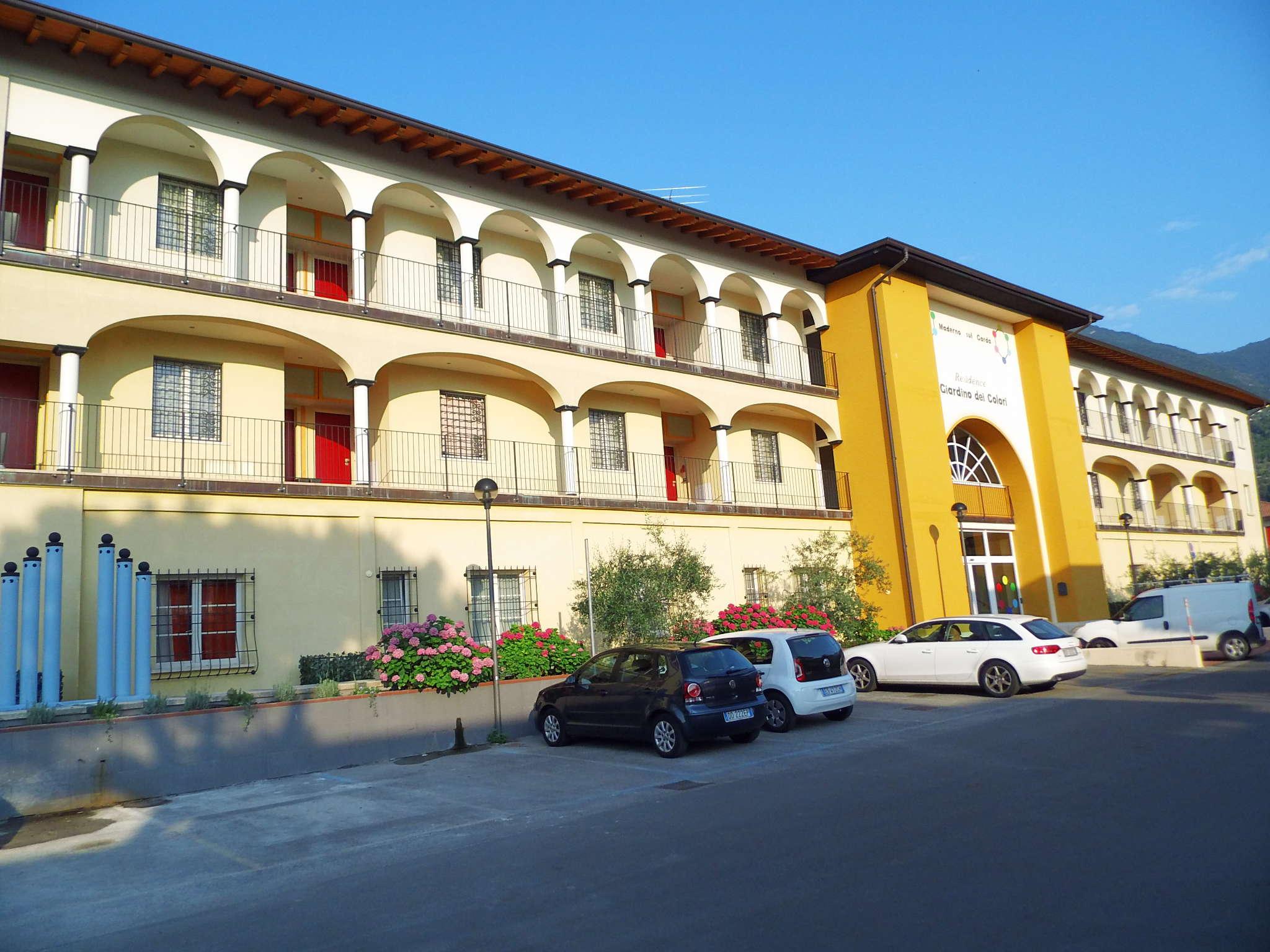 Das Hauptgebäude von der Straßenseite.