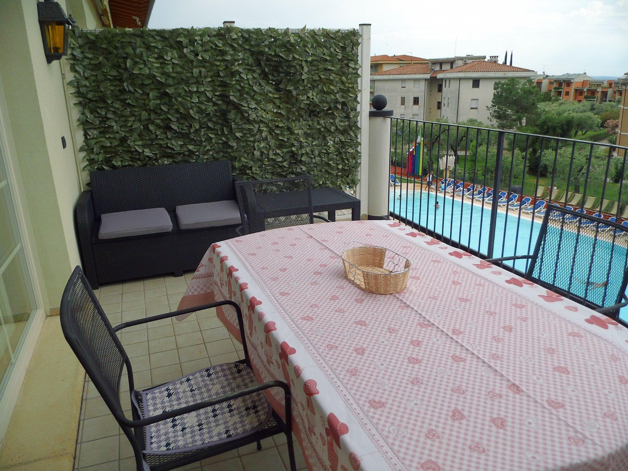 Eine Terrasse mit Gartenmöbel.