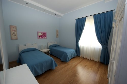 Zwei Betten im Schlafraum.