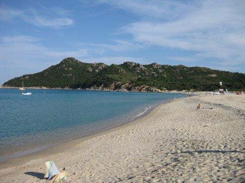 der feinsandige Strand Cala Sinzias