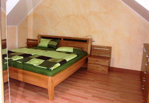 Das geräumige Schlafzimmer
