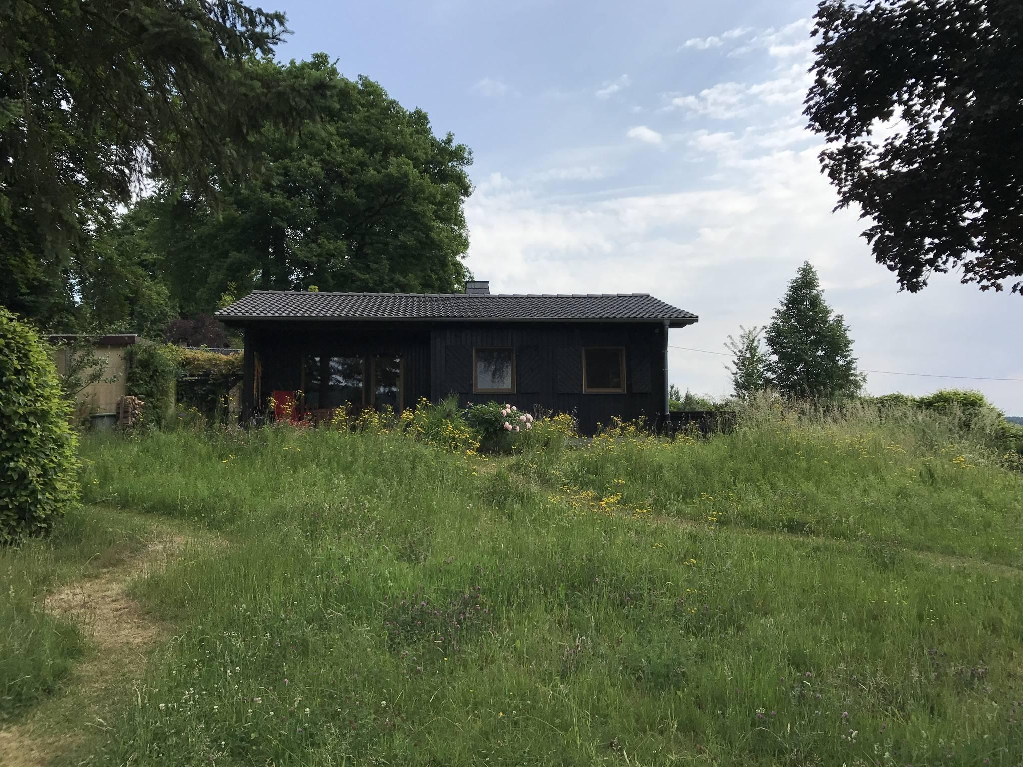 Das Haus - Gartenseite mit Terrasse