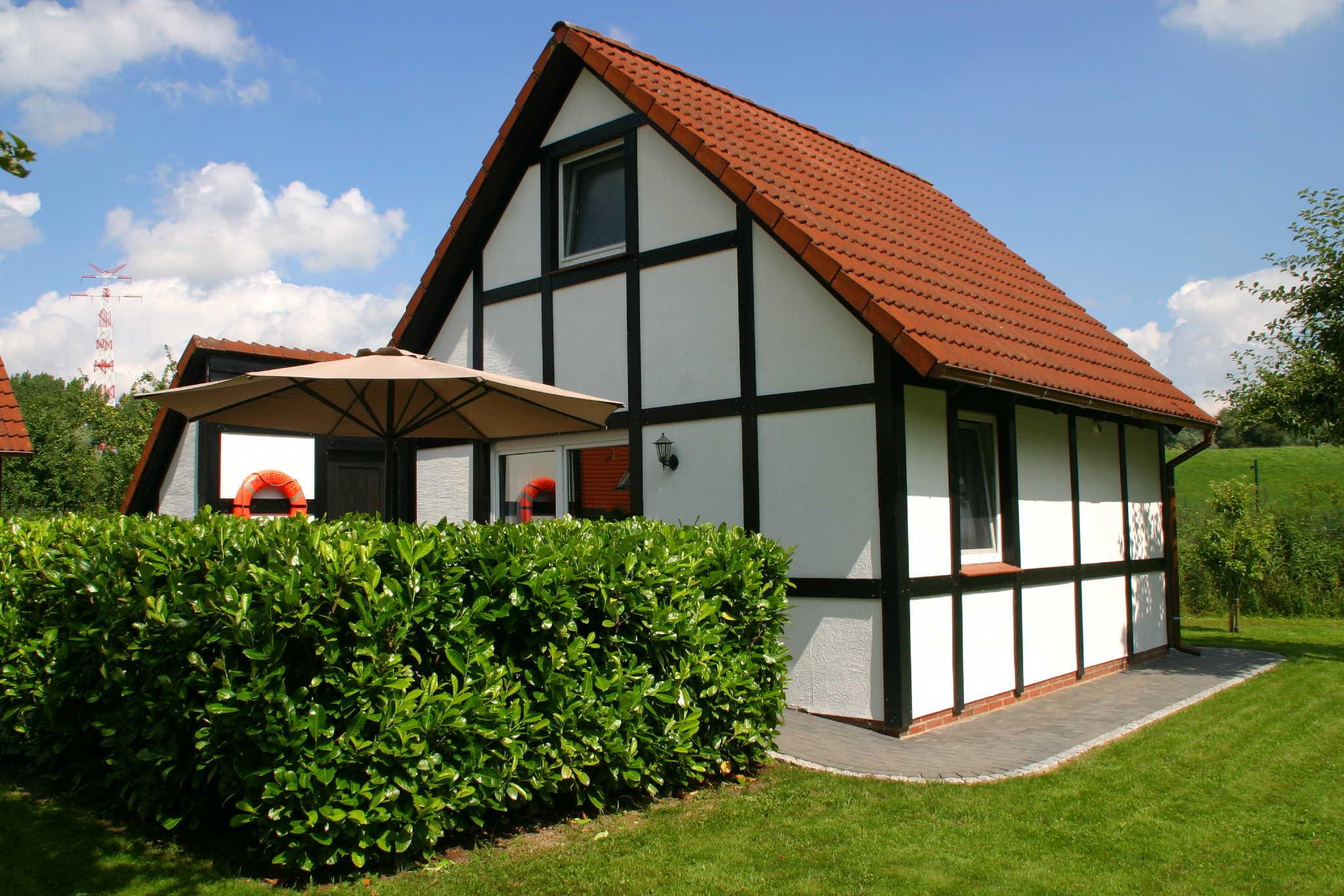 Geschützte Terrase mit Gartenmöbel