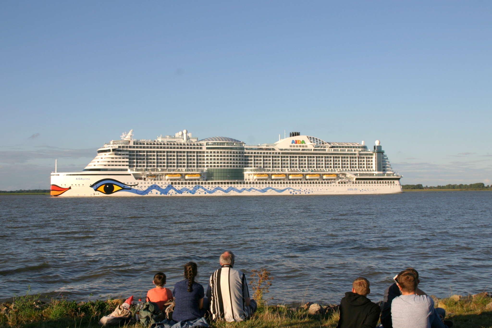 Viele Kreuzfahrer auf der Elbe sehen