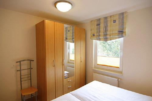 Schlafzimmer mit großzügigem Schrank