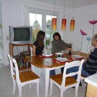 Vermieter: Vermieterfamilie im Essbereich