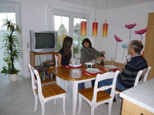 Vermieterfamilie im Essbereich
