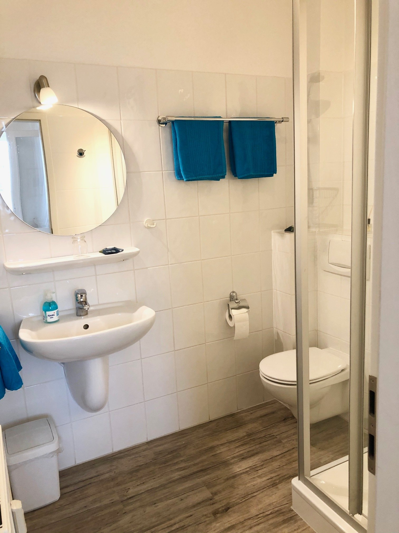 modernes, weißes Duschbad