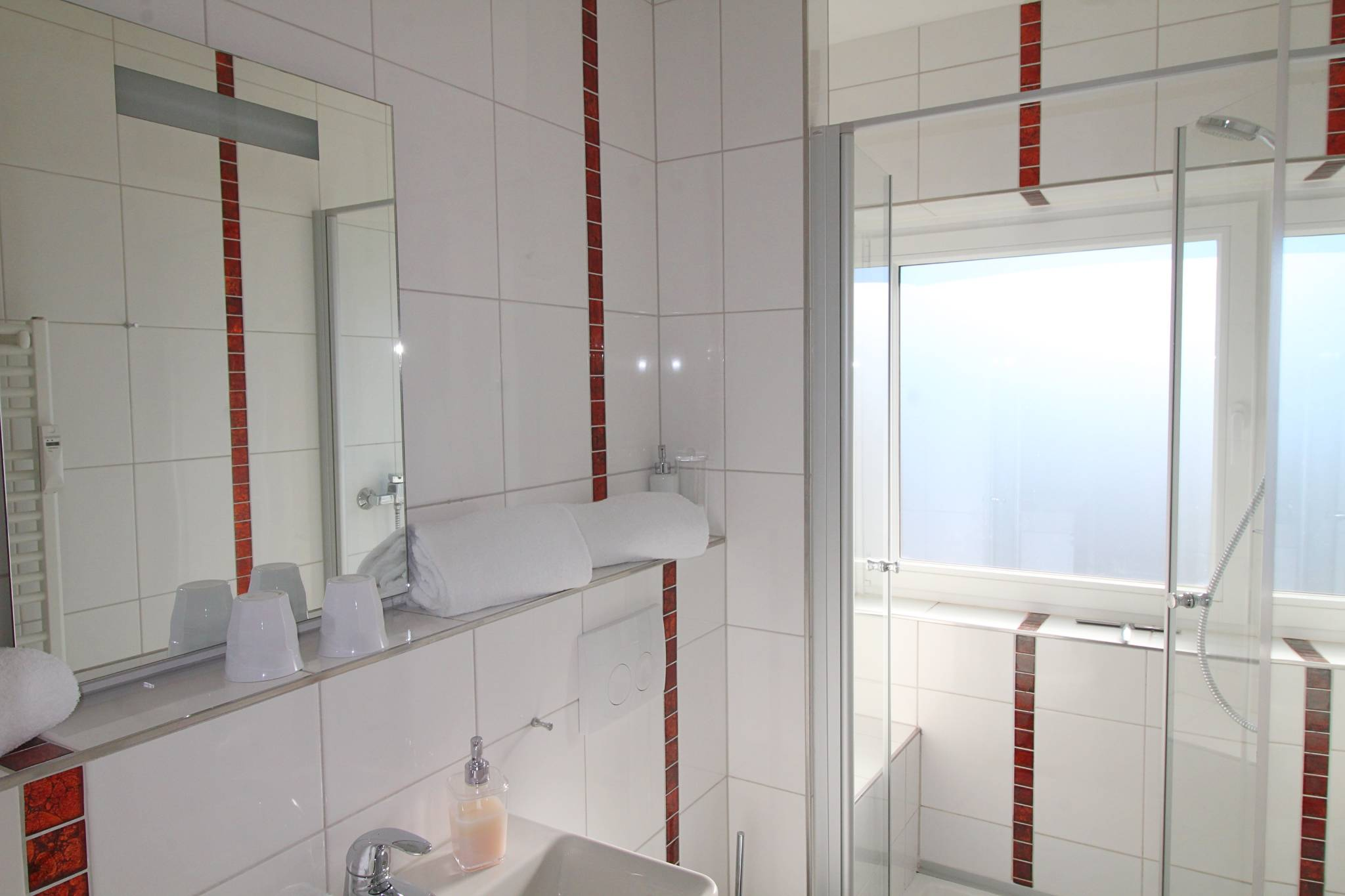 Badezimmer mit Glasdusche