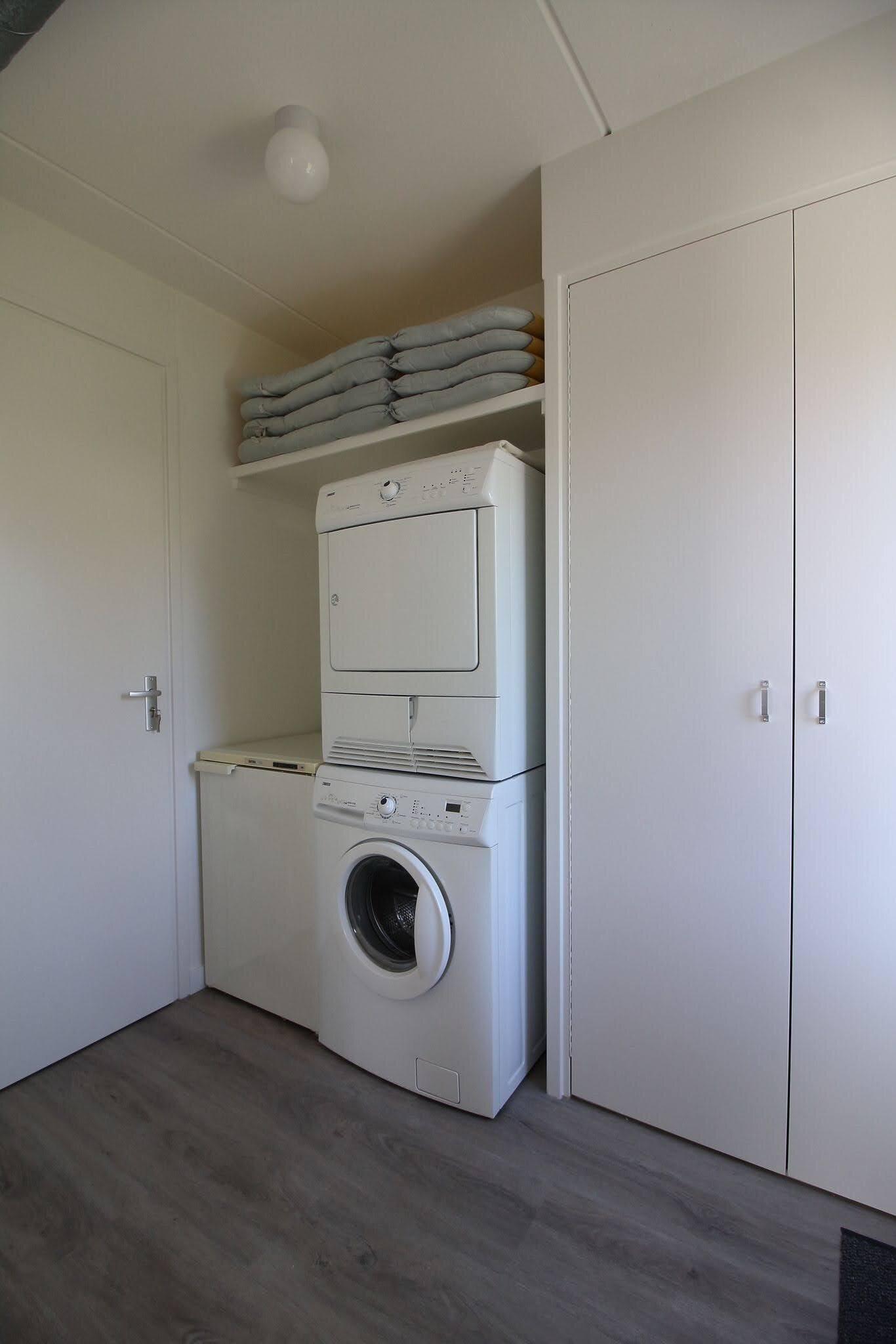 Badezimmer mit Waschbecken, Bad und Dusc