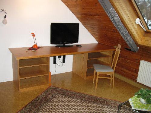 Wohnzimmer mit Schreibtisch und TV