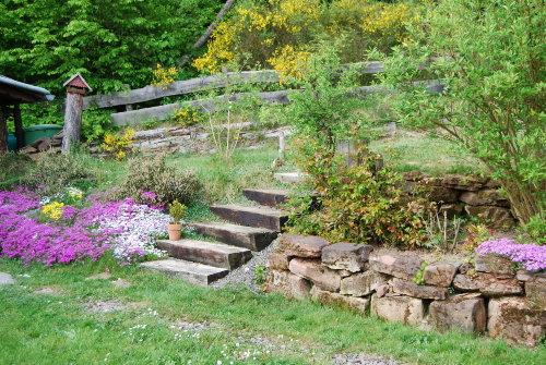 Garten mit Steinmauer