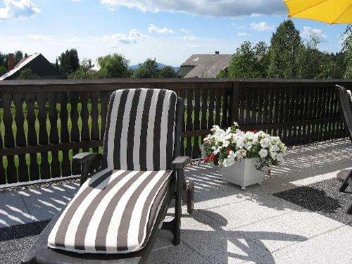 Liegestühle auf Sonnenterrasse