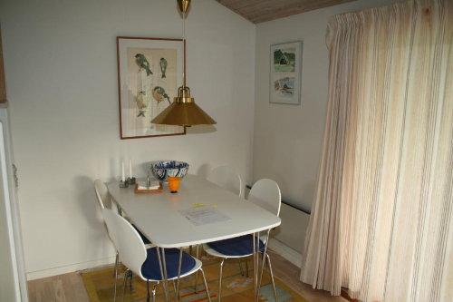 Zweiten Tische mit Stühlen stehen draus