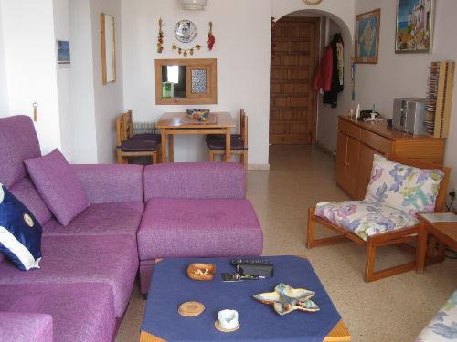 Wohnzimmer mit Durchlange zur Küche