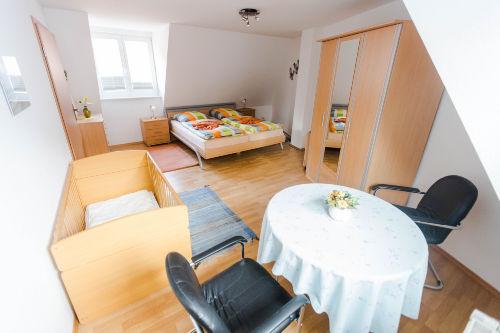 Dachgescho�-Schlafzimmer mit Kinderbett