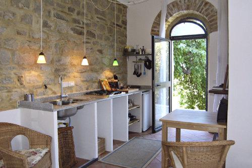 die Küche mit Blick auf die Terasse