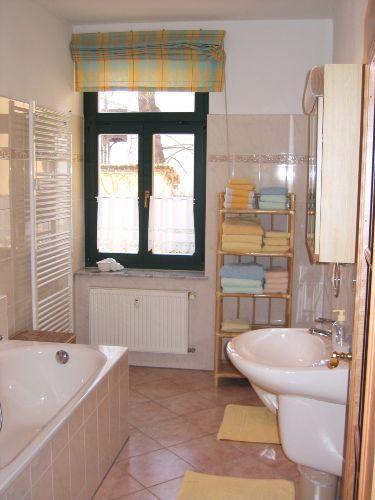 Elegantes Bad: Wanne und separate Dusche