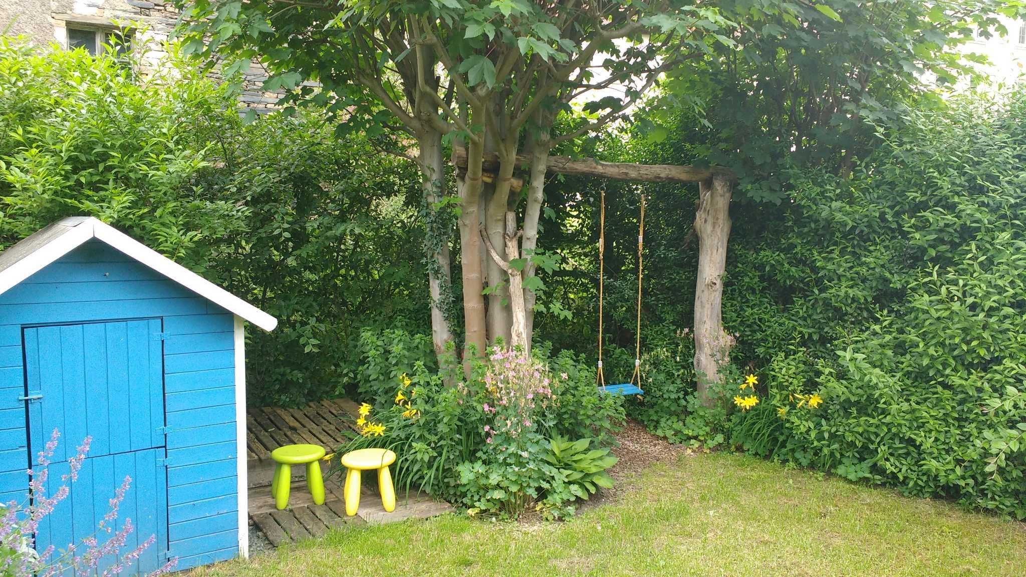 Garten mit Kinderspielhaus u. Schaukel