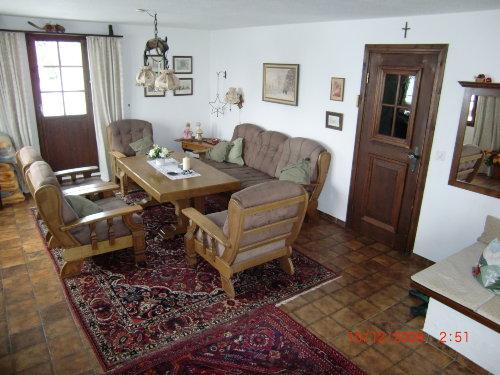 Wohnzimmer mit Ausgang zur Terrasse link