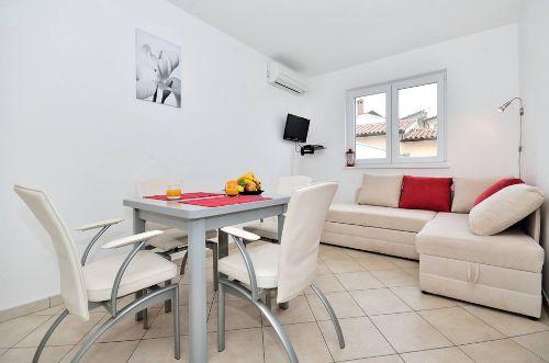 Rote Wohnung - Esszimmer + Wohnzimmer