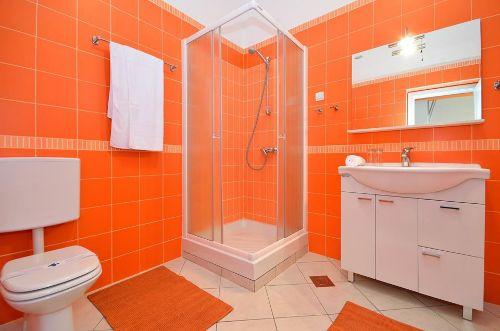 Orange Wohnung - Badezimmer