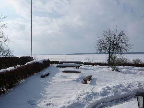 Blick vom Haus auf den See im Winter
