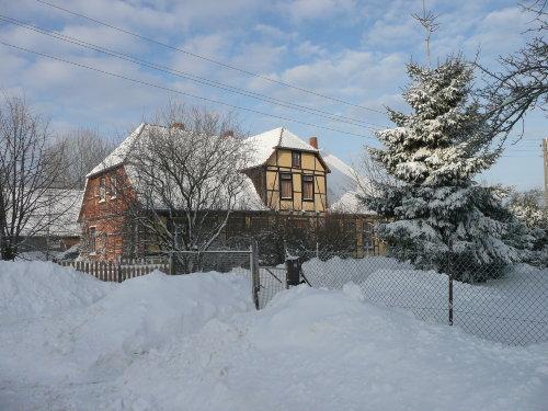 Gutshaus im Schnee von der Dorfseite