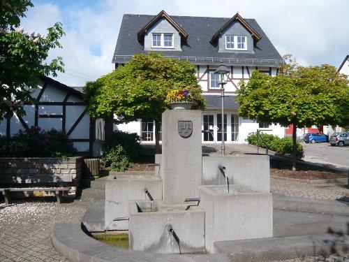 Dorfbrunnen mit Kulturscheune