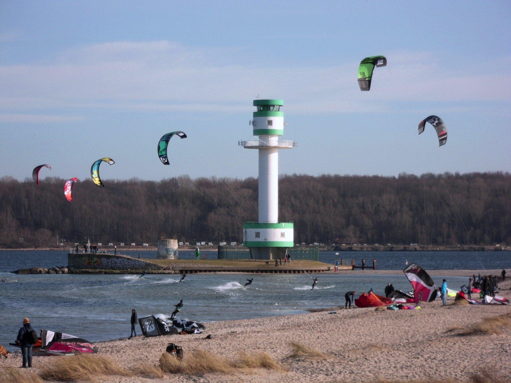 Kiten vor dem Kieler Leuchturm