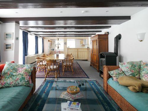 Blick durch den Wohnraum auf die Küche