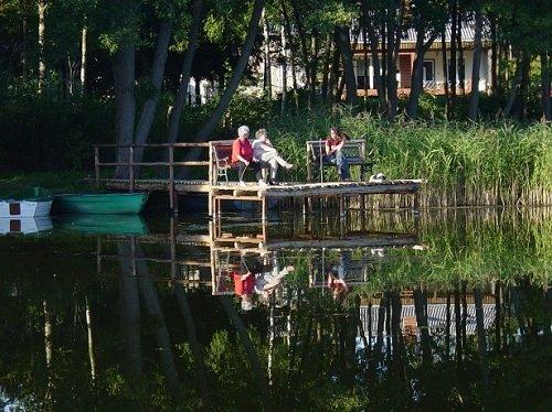 Angelsteg mit Booten vom Ferienhaus
