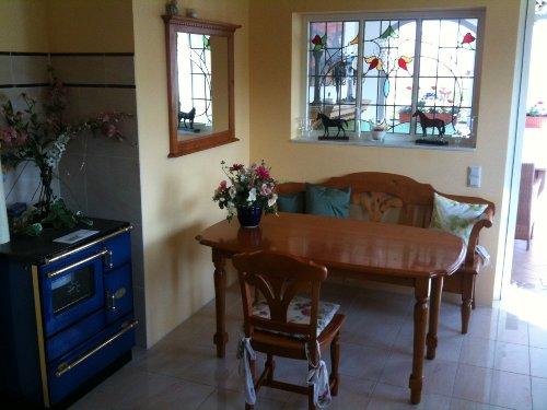 Eßplatz mit Ofen in der Küche