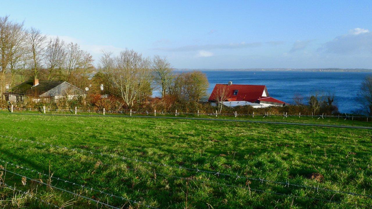 Blick auf Haus Luv (links)