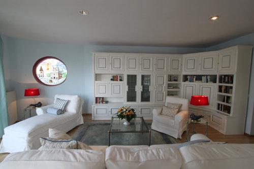 Blick vom Flur ins geräumige Wohnzimmer