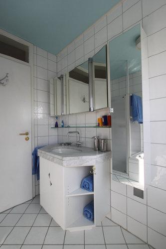 Tageslichtbad mit großem Spiegelschrank