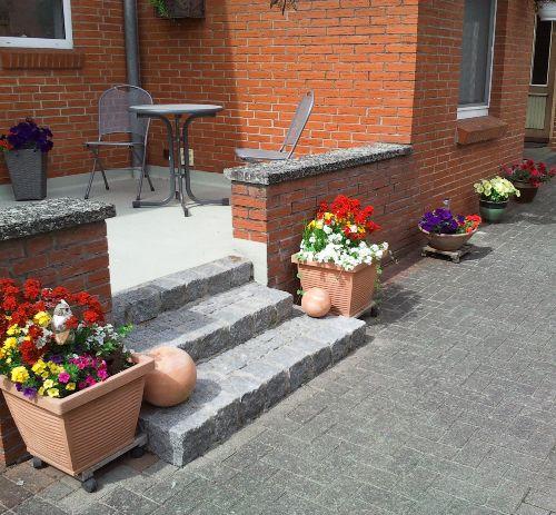 Kleine Terrasse vorm Eingang