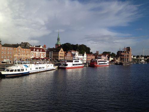 Kappelner Hafen mit Ausflugsdampfern