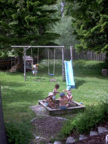 Haus eigener Kinderspielplatz im Garten