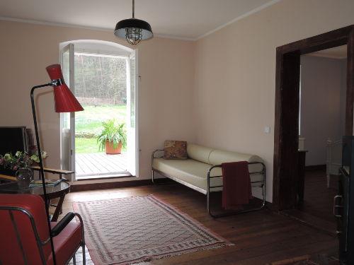 Der Wohnzimmer mit Blick auf der Veranda