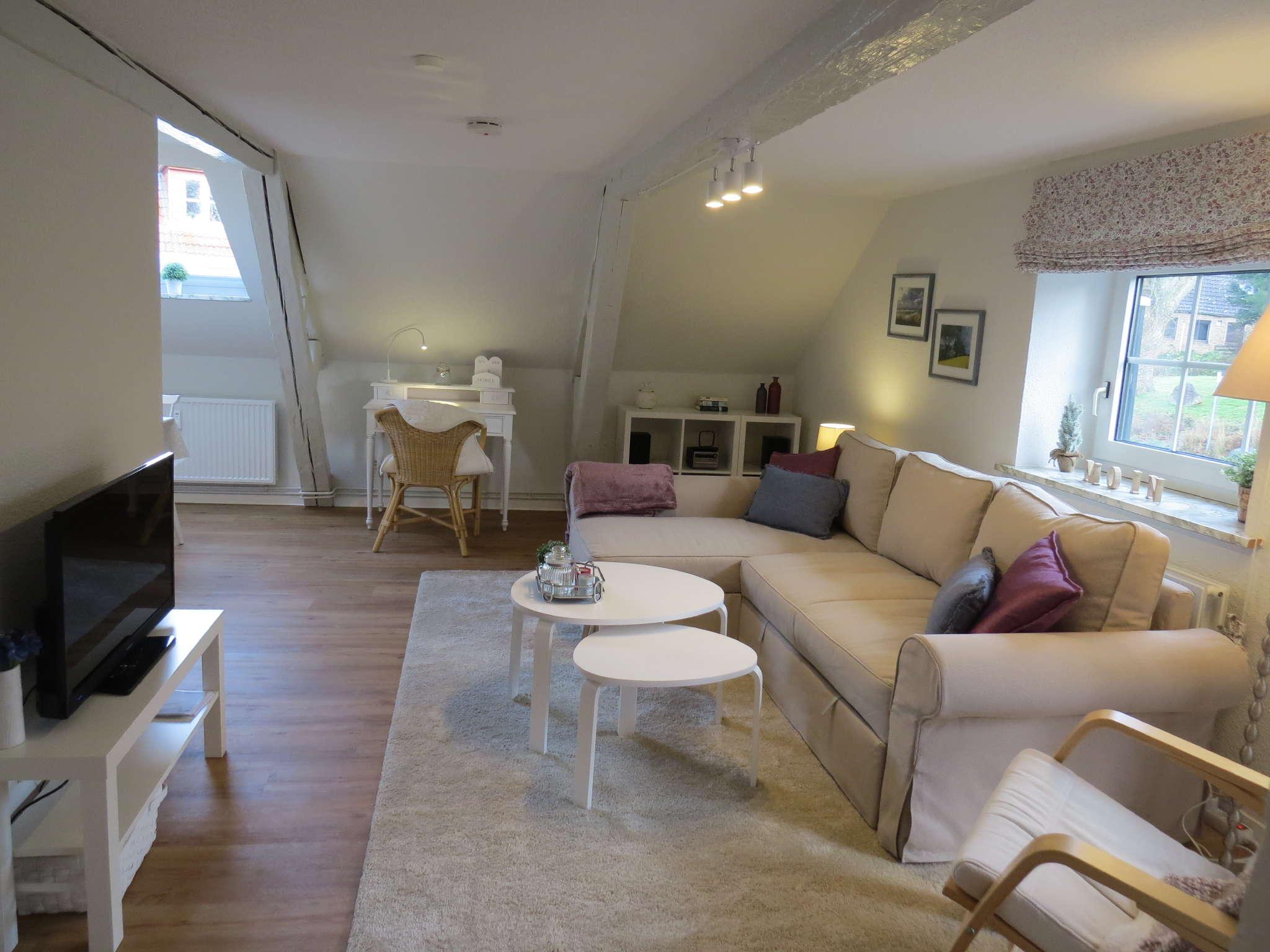 Wohnzimmer mit TV und Sitzecke