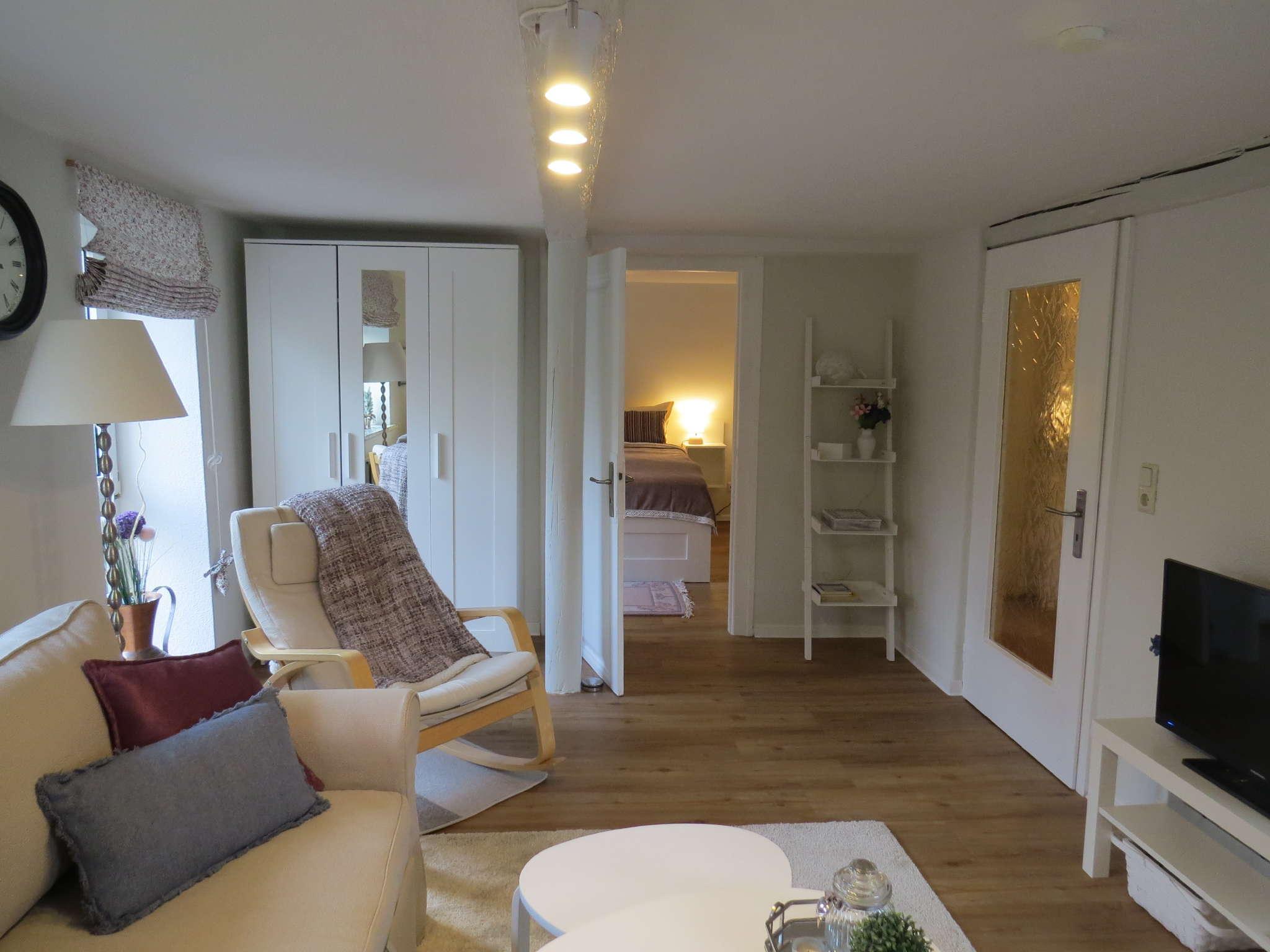 Wohnzimmer mit Sitzecke und Einzelbett