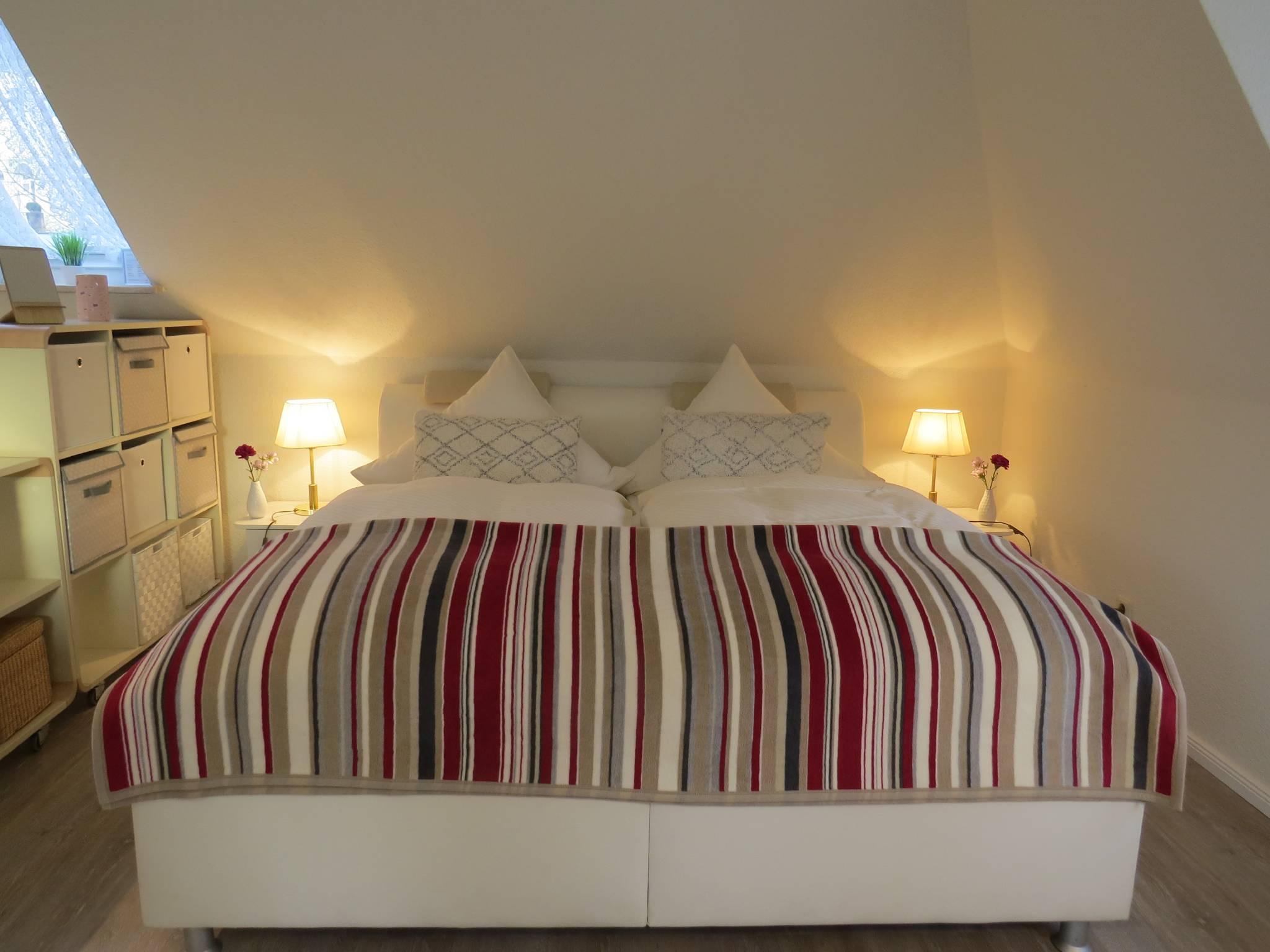 Blick vom Eingang auf Bett und Sitzecke