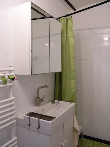 Waschbecken, Spiegel und Schlange