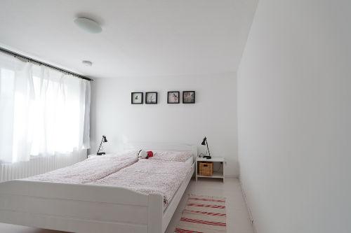 Schlafzimmer mit Wachkuscheltier