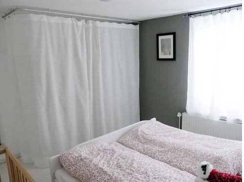 Blick auf Doppelbett und Schrank